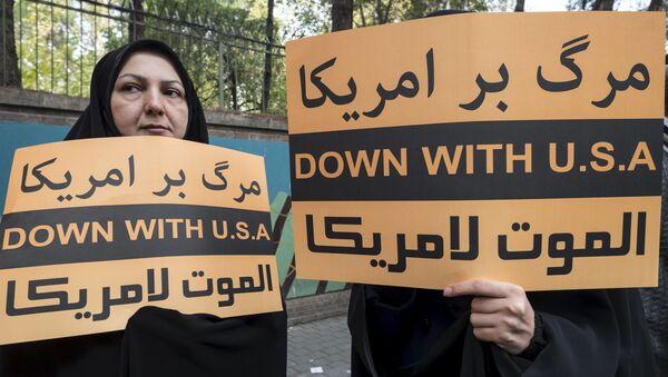 Iranki z antyamerykańskimi hasłami przed budynkiem ambasady USA w Teheranie - Sputnik Polska