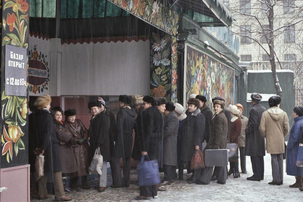 Moskwianie w kolejce do targowego pawilonu, 1984 rok