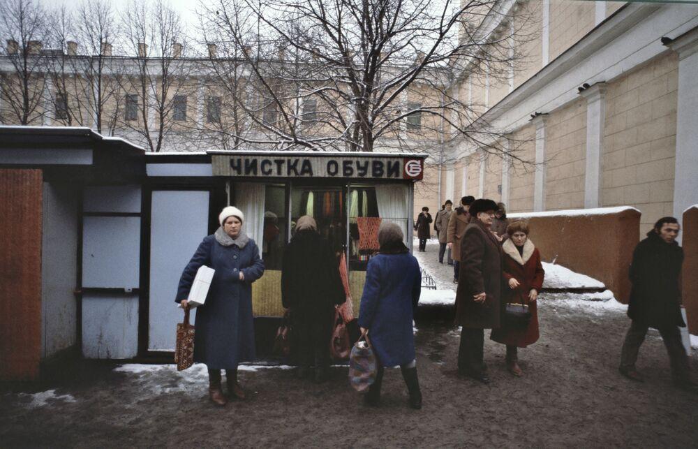Moskwianie w kolejce do kiosku Czyszczenie butów, 1984 rok