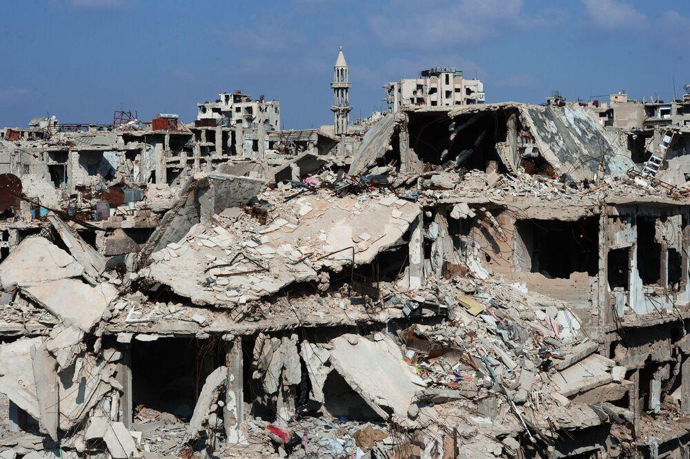 Zburzone bloki mieszkalne w mieście Homs, Syria