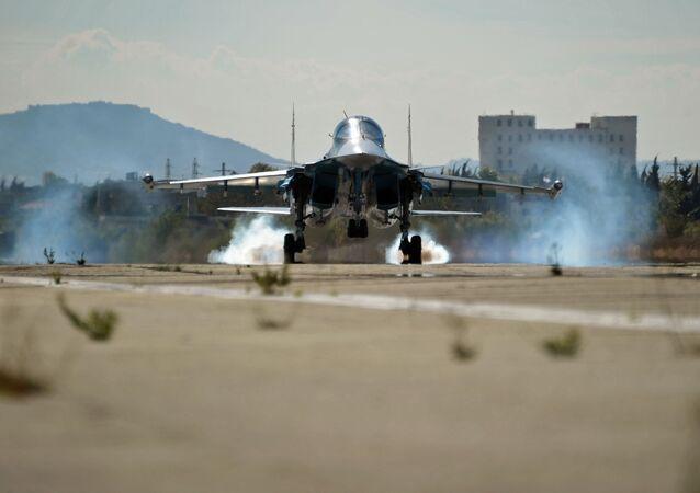 Rosyjski wielozadaniowy bombowiec taktyczny Su-34 w bazie lotniczej Hmeimim w Syrii