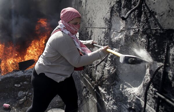 Palestyńska kobieta burzy ścianę między miastem Abu Dis na Zachodnim Brzegu i zachodnią Jerozolimą - Sputnik Polska