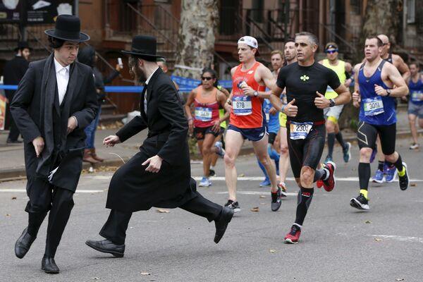 Dwaj Żydzi starają się przebiec przez ulicę przed maratończykami - Sputnik Polska