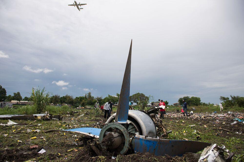 Fragmenty samolotu na miejscu katastrofy w Południowym Sudanie