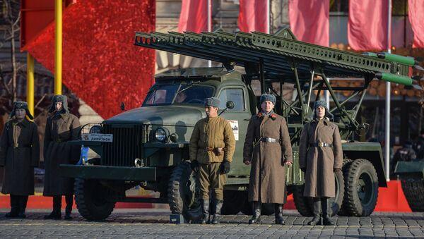 Uczestnicy uroczystej defilady na Placu Czerwonym 7 listopada 2015 roku - Sputnik Polska