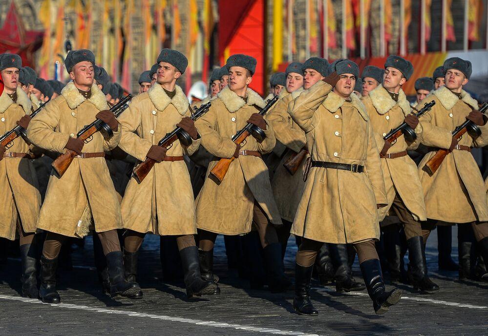 Rosyjscy wojskowi podczas defilady na Placu Czerwonym 7 listopada 2015 roku