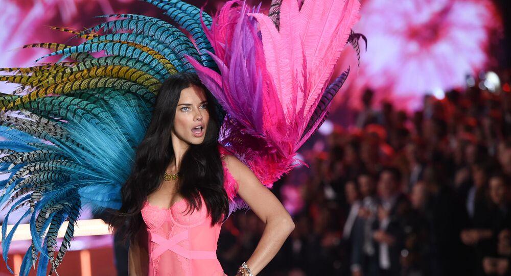 Modelka Adriana Lima na pokazie Victoria Secret
