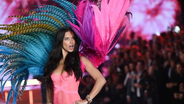 Modelka Adriana Lima na pokazie Victoria Secret - Sputnik Polska