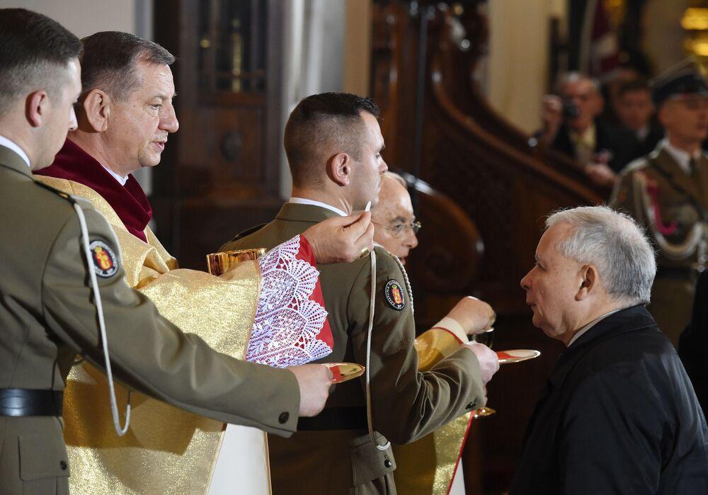 Jarosław Kaczyński oraz biskup polowy Wojska Polskiego Józef Guzdek podczas mszy świętej z okazji Dnia Niepodległości RP, 11 listopada 2015 r.