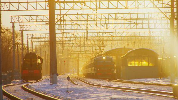 Pociąg na podmoskiewskiej stacji kolejowej Pawszyno podczas zachodu słońca - Sputnik Polska
