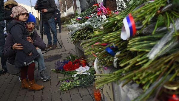 Kwiaty pod ambasadą Francji w Moskwie - Sputnik Polska