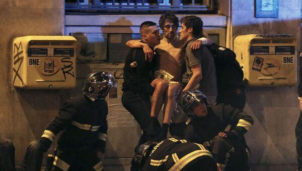 Straż pożarna okazuje pomoc po zamachu na teatr Bataclan w Paryżu - Sputnik Polska