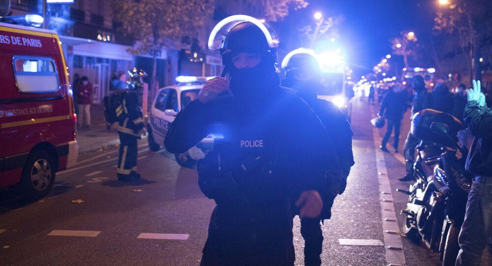 Policjanci przy teatrze Bataclan w Paryżu