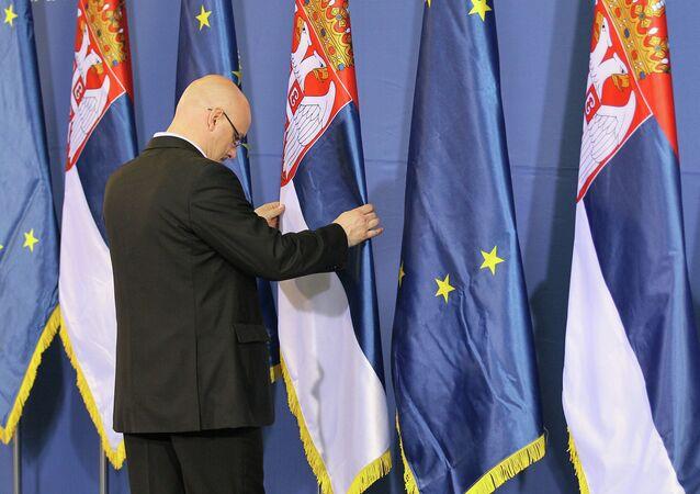 Flagi Serbii i UE