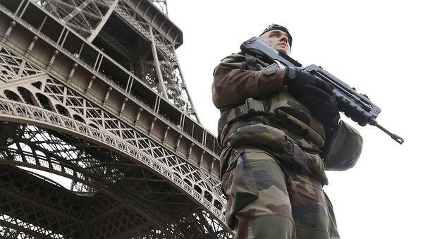 Francuski żołnierz po zamachach terrorystycznych w Paryżu - Sputnik Polska