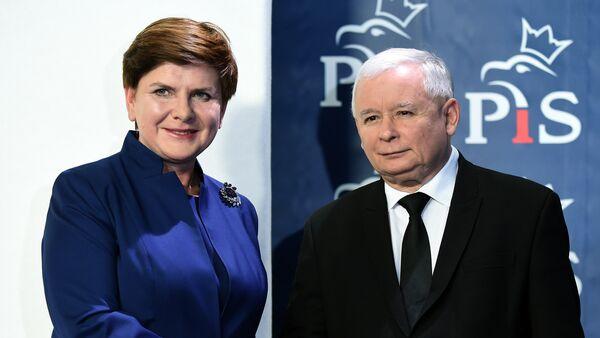 Jarosław Kaczynski sciska rękę Beaty Szydło po jej mianowaniu na stanowisko premiera, Warszawa 9 listopada 2015 - Sputnik Polska