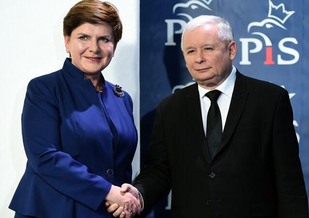 Jarosław Kaczynski sciska rękę Beaty Szydło po jej mianowaniu na stanowisko premiera, Warszawa 9 listopada 2015