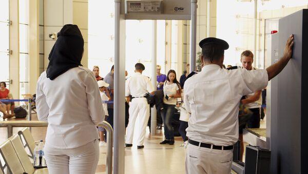 Pracownicy służby bezpieczeństwa na lotnisku w Szarm-el-Szejk - Sputnik Polska