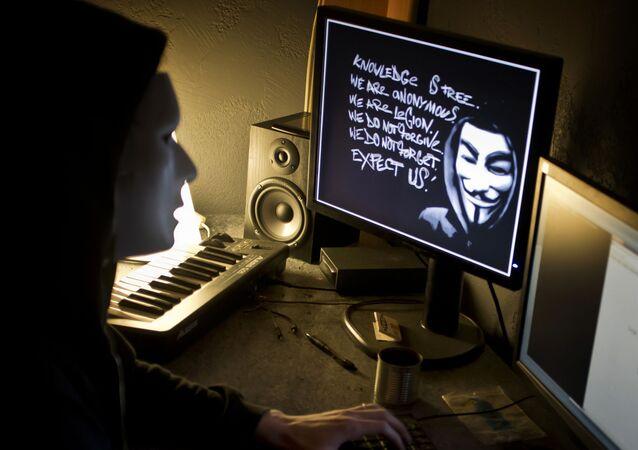 Haker z Anonymous przy komputerze