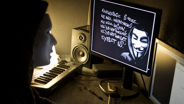 Haker z Anonymous przy komputerze - Sputnik Polska