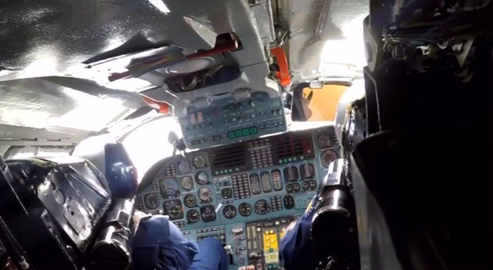 Piloci w kokpicie samolotu Sił Powietrzno-Kosmicznych Rosji podczas misji bojowej w celu zniszczenia obiektów infrastruktury PI w Syrii.