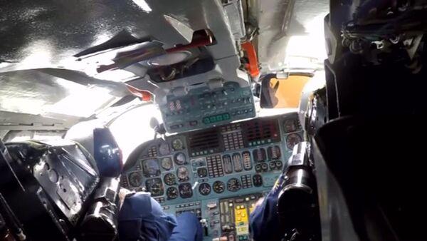 Piloci w kokpicie samolotu Sił Powietrzno-Kosmicznych Rosji podczas misji bojowej w celu zniszczenia obiektów infrastruktury PI w Syrii. - Sputnik Polska