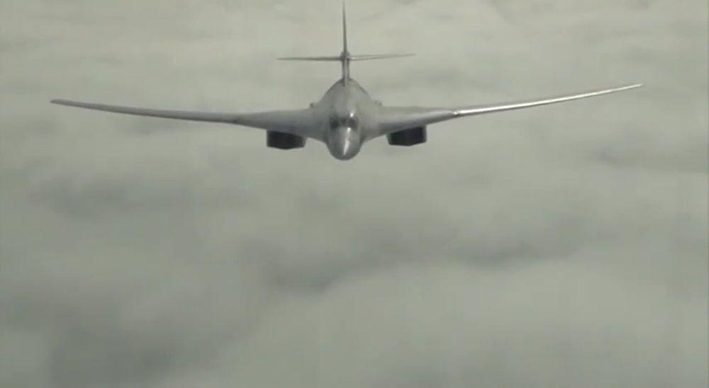 Samolot Tu-160 Sił Powietrzno-Kosmicznych Rosji podczas misji bojowej w celu zniszczenia obiektów infrastruktury PI w Syrii.