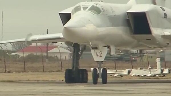Samolot Tu-22M3 Sił Powietrzno-Kosmicznych Rosji po misji bojowej. - Sputnik Polska