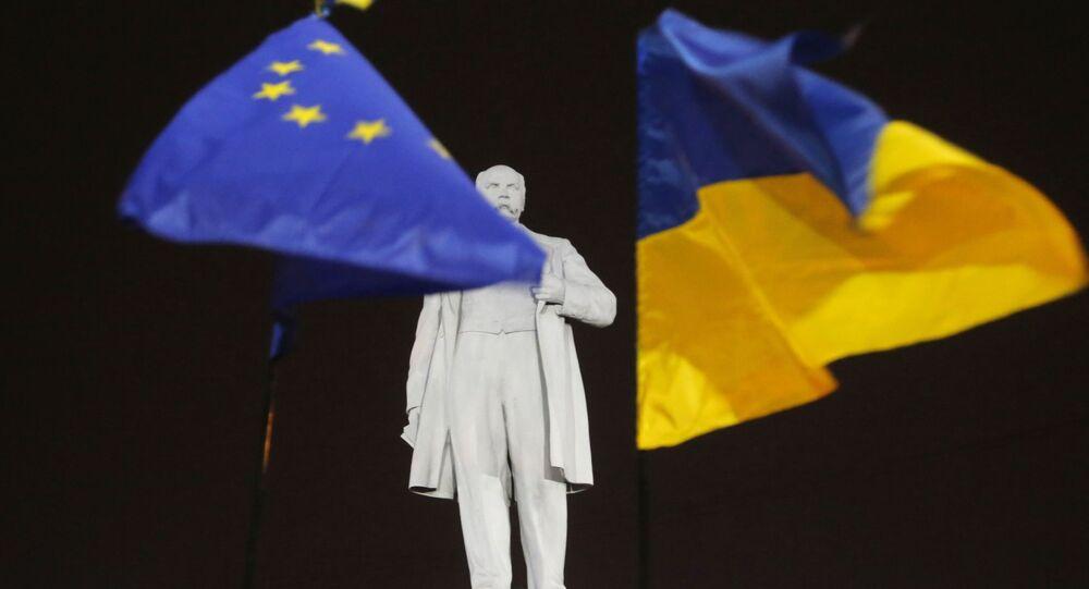 Flagi Ukrainy i UE na pomniku Tarasa Szewczenki