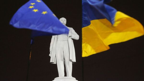 Flagi Ukrainy i UE na pomniku Tarasa Szewczenki - Sputnik Polska