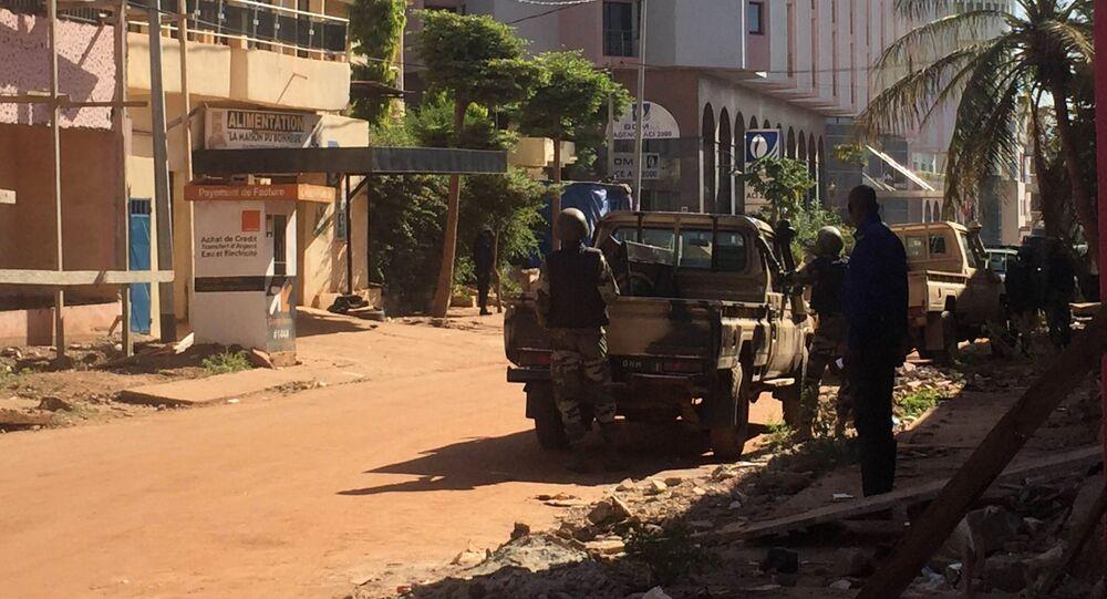 Wojskowi Mali obok hotelu Radisson Blu