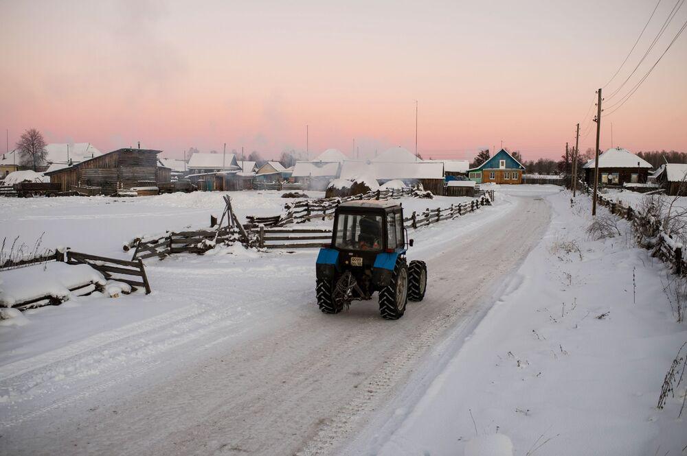 Traktor w miejscowości Bobrowka w obwodzie omskim