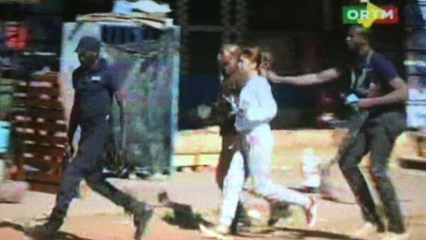 Still image from video shows a hostage rushed out of the Radisson hotel in Bamako, Mali, November 20, 2015 - Sputnik Polska