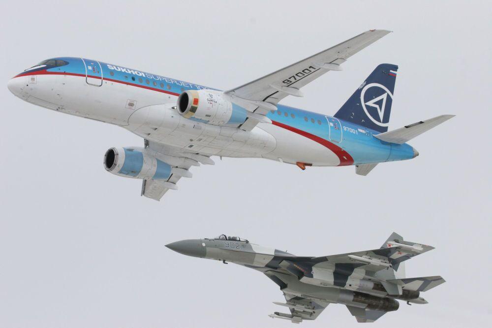 Samolot Sukhoi SuperJet-100 oraz samolot myśliwski Su-35