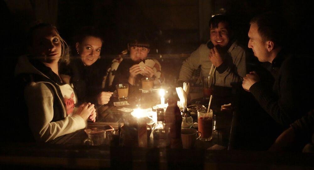 Ludzie grają w karty w Symferopolu