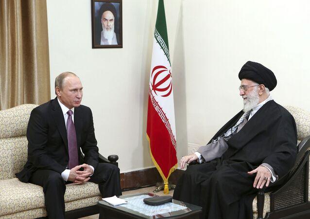 Prezydent Rosji Władimir Putin i najwyższy przywódca Iranu ajatollah Ali Chamenei na spotkaniu w Teheranie