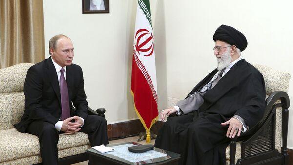 Prezydent Rosji Władimir Putin i najwyższy przywódca Iranu ajatollah Ali Chamenei na spotkaniu w Teheranie - Sputnik Polska