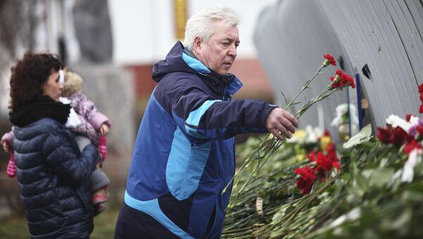 Rosjanie składają kwiaty ku pamięci ofiar zamachu w Mali - Sputnik Polska