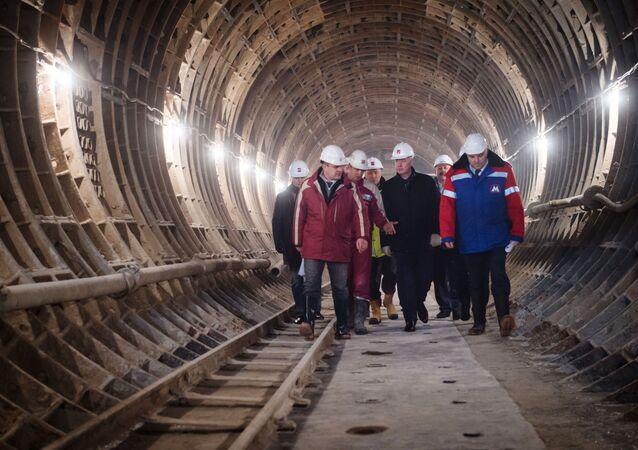 Mer Moskwy Siergiej Sobianin na budowie stacji metra Fonwizinskaja