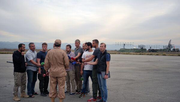 Uratowany pilot Su-24 Sił Powietrzno-Kosmicznych Rosji odpowiedział na pytania dziennikarzy - Sputnik Polska