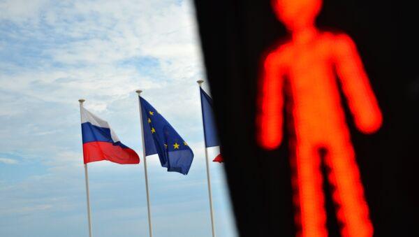 Flagi Rosji, UE i Francji - Sputnik Polska