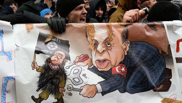Uczestnicy akcji protestacyjnej przeciwko działaniom tureckich Sił Powietrznych przy budynku ambasady Turcji w Moskwie - Sputnik Polska