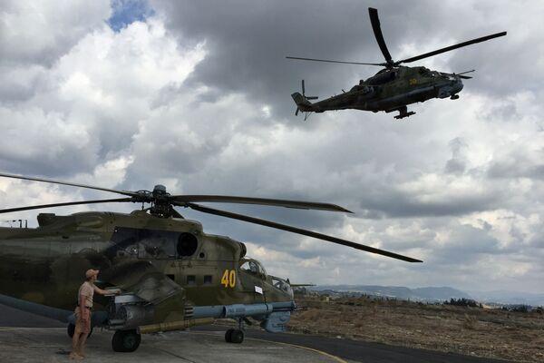 Helikopter MI-24 w bazie Hmiejmim w Syrii - Sputnik Polska