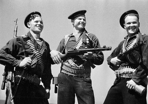 Trzech piechurów morskich podczas Wielkiej Wojny Ojczyźnianej - Sputnik Polska