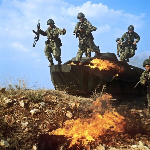Żołnierze piechoty morskiej na ćwiczeniach bojowych - Sputnik Polska