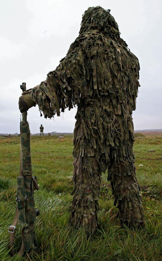 Wojskowy na ćwiczeniach piechurów morskich w obwodzie kaliningradzkim