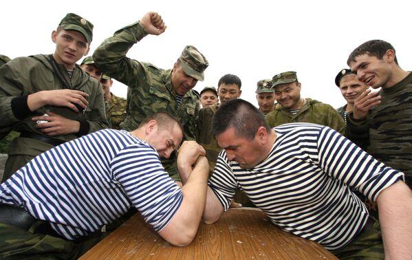 Piechurzy morscy podczas zawodów w siłowaniu się na rękę - Sputnik Polska