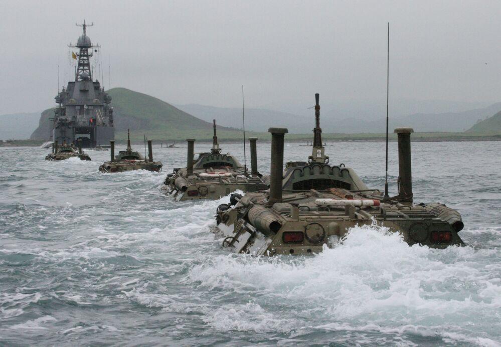 Kolumna transporterów opancerzonych podczas ćwiczeń piechoty morskiej Floty Pacyficznej w Kraju Nadmorskim