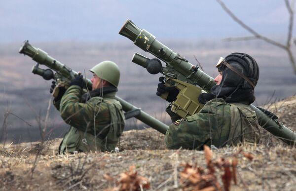 Kanonierzy na stanowisku strzeleckim podczas bojowych szkoleń technicznych piechoty morskiej Floty Pacyficznej w Kraju Nadmorskim - Sputnik Polska