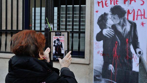 Kobieta robi zdjęcie graffiti w Paryżu - Sputnik Polska